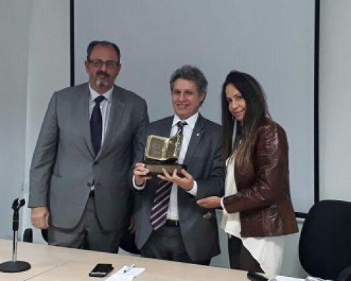Georgia Campello entrega prêmio ao deputado e relator do novo CPC, Paulo Teixeira